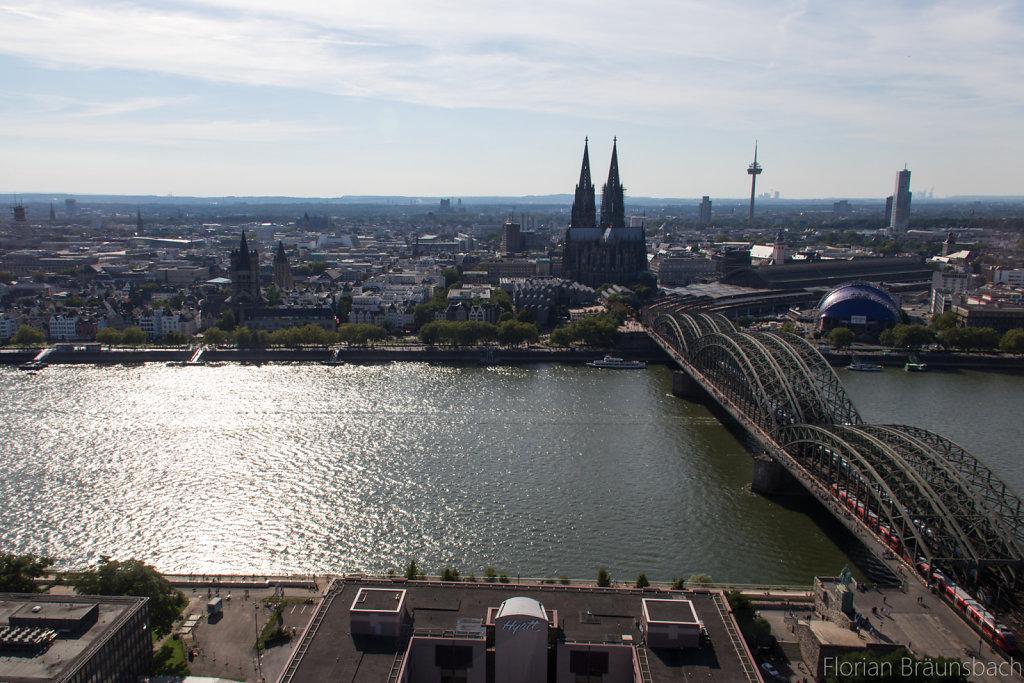Der Dom am anderen Rheinufer